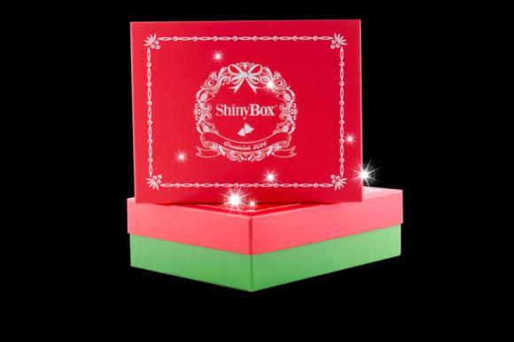Powiedz stop nietrafionym prezentom LIFESTYLE, Uroda - Boże Narodzenie to wyjątkowy czas spędzany w gronie najbliższych, który tradycyjnie umilają nam prezenty. Aby nie ujrzeć cienia zawodu na twarzach najbliższych, podarujmy im świąteczne pudełko ShinyBox, w którym znajdziemy wybór najlepszych kosmetyków.