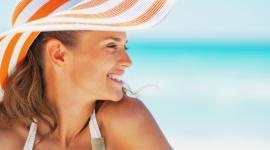 Wakacyjne ABC - podpowiadamy, jak zadbać o skórę latem LIFESTYLE, Uroda - Latem twoja skóra jest szczególnie narażona na szkodliwe czynniki, dlatego wymaga dodatkowej opieki. Dowiedz się, jaki filtr przeciwsłoneczny najlepiej ją ochroni, które znamiona powinny wzbudzić szczególną podejrzliwość oraz dlaczego warto jeść owoce cytrusowe.