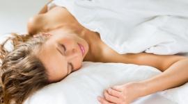 Spanie na brzuchu może powodować zmarszczki LIFESTYLE, Uroda - Dobry sen doskonale wpływa na urodę. Ale jeśli śpi się na brzuchu lub na boku – uwaga! Może się okazać, że przez 6-8 godzin nocnego odpoczynku zapracowuje się na… zmarszczki!