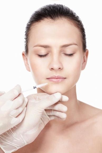 Wszystko, co powinnaś wiedzieć o kwasie hialuronowym LIFESTYLE, Uroda - Kwas hialuronowy – bez niego nie byłoby zabiegów odmładzających, poprawiających wygląd skóry ani wielu świetnych kosmeceutyków. O doświadczenia z nim związane pytamy specjalistę w dziedzinie medycyny estetycznej – dr Monikę Nunberg-Sawicką.