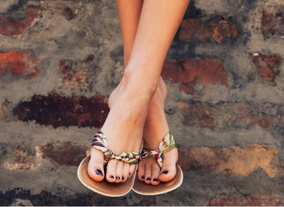 Suche i zaniedbane – nie nadają się do letnich butów LIFESTYLE, Uroda - Wysuszone i popękane pięty, zaniedbane paznokcie stóp – latem to nie do przyjęcia. Oto kilka prostych sposobów na miękkie i zadbane stopy.