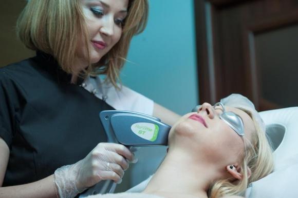 Młodość spod lasera LIFESTYLE, Uroda - Opalona, zrelaksowana, rozluźniona – o ile wypoczynek na słońcu przysłużył się twojemu samopoczuciu, promienie słoneczne mogły uszkodzić skórę. Lekarze coraz częściej proponują leczenie z użyciem nowoczesnych laserów.