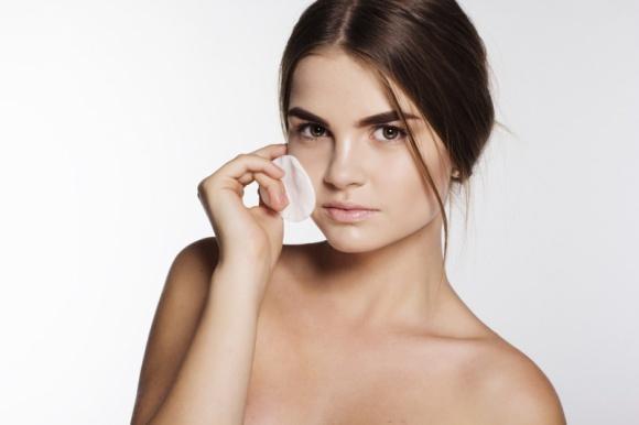 Profesjonalne oczyszczanie skóry w twoim domu LIFESTYLE, Uroda - Regularne oczyszczanie skóry to podstawa pielęgnacji. Do tej pory, aby usunąć martwy naskórek i dogłębnie oczyścić pory, konieczna była wizyta u kosmetyczki. Dzięki Gentle Deep Pore Cleanser profesjonalne oczyszczanie cery można wykonać samodzielnie w domu.