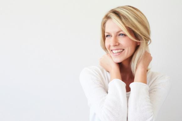 Przywróć młodość swojej twarzy LIFESTYLE, Uroda - Starzenie się to nie tylko zmarszczki, ale także coraz bardziej widoczna wiotkość i utrata elastyczności skóry, szczególnie w okolicach policzków i linii żuchwy. Czy istnieją sposoby na zatrzymanie tych procesów i naprawienie szkód wyrządzonych przez upływ czasu?