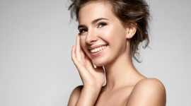 Nawilżanie – droga do pięknej cery! LIFESTYLE, Uroda - Jeśli masz problem z szarą, zmęczoną cerą, zadbaj o jej odpowiednie nawilżenie – to podstawa dobrego i promiennego wyglądu. Jak zapobiegać odwodnieniu skóry i jakie kosmetyki stosować? Podpowiadamy!