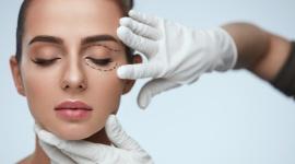 Opadające powieki – to już nie problem! LIFESTYLE, Uroda - Oczy są pierwszą rzeczą, na jaką zwracamy uwagę. Dla kobiet są one jednym z najważniejszych elementów urody. Podczas codziennego makijażu trzeba mieć na uwadze, że skóra wokół oczu jest bardzo delikatna.