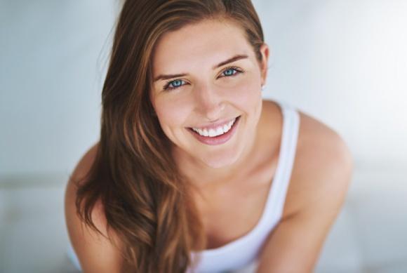 Jak pielęgnować delikatną skórę w okolicach oczu? LIFESTYLE, Uroda - Zmarszczki, cienie i opuchlizna w okolicach oczu to problemy, z którymi boryka się wiele kobiet – nie tylko starszych, ale i młodszych. Dr n. med. Aldona Stachura z Kliniki La Perla, wyjaśnia, jak zapewnić sobie młode i promienne spojrzenie, bez względu na wiek.
