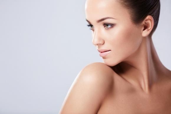 Jak odmłodzić dekolt? LIFESTYLE, Uroda - Pomimo, że skóra dekoltu jest równie delikatna jak na twarzy, obszar ten pomijany jest przez większość kobiet w codziennej pielęgnacji. Poświęca się mu stanowczo za mało uwagi, a właśnie on często zdradza wiek osoby szybciej niż twarz. Jakie zabiegi przedłużą młodość dekoltu?