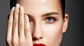 Młodsza skóra w mgnieniu OKA LIFESTYLE, Uroda - Niestety, to właśnie skóra wokół oczu pierwsza zaczyna się starzeć. Dlaczego tak się dzieje i jak skutecznie o nią dbać, aby jak najdłużej pozostawała gładka, napięta i pełna blasku? Odpowiedź jest prosta – liczy się profilaktyka.