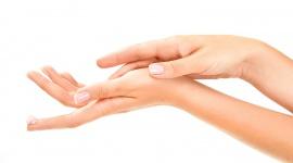 Jak na dłoni LIFESTYLE, Uroda - Proces starzenia się najczęściej kojarzy nam się ze zmianami zachodzącymi na twarzy. Niestety zapominamy przy tym o innych częściach ciała, np. dłoniach, które też mogą zdradzać nasz wiek.