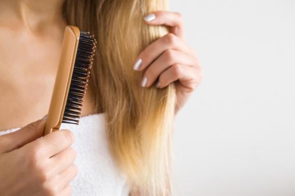 3 uciążliwe problemy z włosami, które możesz rozwiązać sama LIFESTYLE, Uroda - Kondycja włosów i ich wygląd zależy od wielu czynników. Poznaj trzy główne problemy z włosami i dowiedz się jak rozwiązać je raz na zawsze!