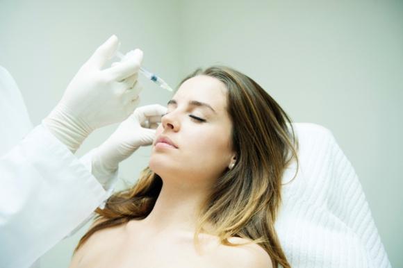 Młodsza dzięki własnym komórkom macierzystym LIFESTYLE, Uroda - Utrzymanie skóry w nieskazitelnym stanie jest niezwykle trudne. Zadanie jest jednak o wiele łatwiejsze, kiedy komórki skóry zmotywuje się do odnowy skoncentrowanymi czynnikami wzrostu pozyskanymi z własnej krwi.