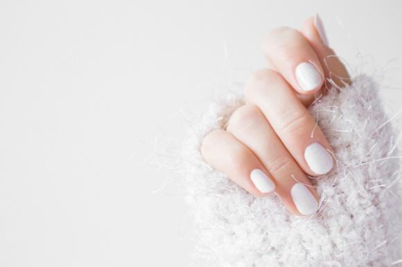 5 sposobów na zdrowe i mocne paznokcie! LIFESTYLE, Uroda - Łamliwe paznokcie, podobnie jak wypadające włosy, są powodem zmartwień niejednej kobiety. Często zapominamy, że twarde i nierozdwajające się paznokcie wymagają między innymi odpowiedniej diety czy ochrony przed środkami czyszczącymi.
