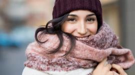 Zimowa pielęgnacja skóry w 5 krokach LIFESTYLE, Uroda - Zima to najbardziej wroga dla cery pora roku. Niskie temperatury, wiatr i zanieczyszczenia powietrza fatalnie odbijają się na jej kondycji. Co można zrobić dla siebie właśnie teraz, aby zregenerować skórę?