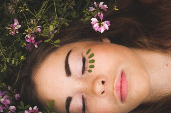 DOSKONAŁA CERA W 4 KROKACH LIFESTYLE, Uroda - Jeśli należysz do zapominalskich, a Twoja codzienna pielęgnacja ogranicza się do zmycia makijażu – pamiętaj, że konsekwencje czają się za rogiem…
