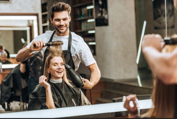 """Polki u fryzjera. Jak dbamy o swoje włosy? LIFESTYLE, Uroda - Kobiety po czterdziestym roku życia chodzą do fryzjera znacznie częściej niż dwudziestoparolatki, a profesjonalne produkty do pielęgnacji włosów kupuje coraz więcej Polek - wynika z badania """"Klientki salonów fryzjerskich"""" przeprowadzonego na zlecenie Polwell i JBS Goldwell."""