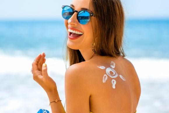 Bezpieczne lato z linią IMMUN SUN od marki KLAPP Cosmetics! LIFESTYLE, Uroda - Uwielbiamy ciepłe letnie dni pełne promieni słonecznych! Słońce poprawia nasze samopoczucie i wpływa na wydzielanie endorfin czyli popularnych hormonów szczęścia a w kontakcie ze skórą powoduje syntezę witaminy D, która jest niezbędna dla naszych kości.