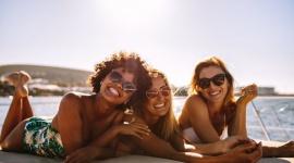 Nie chcesz rezygnować z opalania? Podpowiadamy, jak zabezpieczyć skórę! LIFESTYLE, Uroda - Powszechnie wiadomo, że wielogodzinne wylegiwanie się na słońcu nie jest dobre dla naszej skóry. Nie oznacza to jednak wcale, że słońca musimy unikać jak ognia. Wystarczy odpowiednia ochrona ...