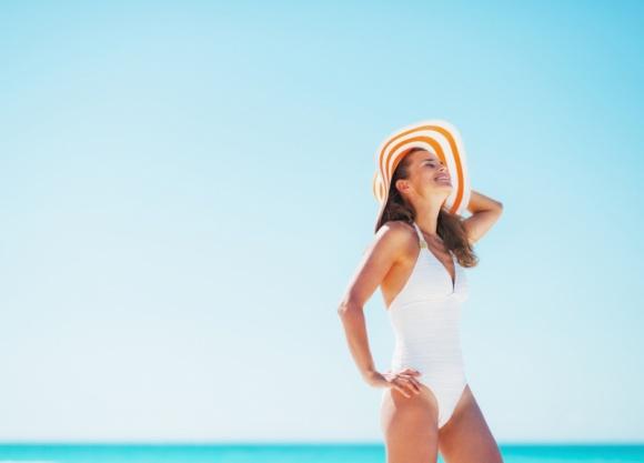 """Z plaży do gabinetu – jak podtrzymać efekt wypoczętej skóry? LIFESTYLE, Uroda - W czasie urlopu i tuż po nim czujemy się olśniewająco. Wyglądamy jak milion dolarów dzięki wypoczętej skórze i zdrowej złotej opaleniźnie. Jak podtrzymać """"wakacyjny look""""? Odpowiada dr Elżbieta Młyńska – Krajewska."""
