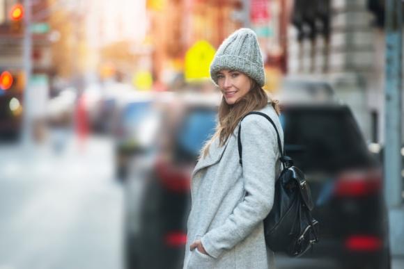 Smog niszczy twoją skórę. Jak ją pielęgnować zimą? LIFESTYLE, Uroda - Smog destrukcyjnie wpływa na cały nasz organizm. Niszczy również skórę. Unoszące się w powietrzu zanieczyszczenia, spaliny samochodowe i dym papierosowy podrażniają ją i mogą przyczyniać się do powstawania alergii. Zastanawiasz się, jak chronić skórę zimą? Mamy kilka sposobów!
