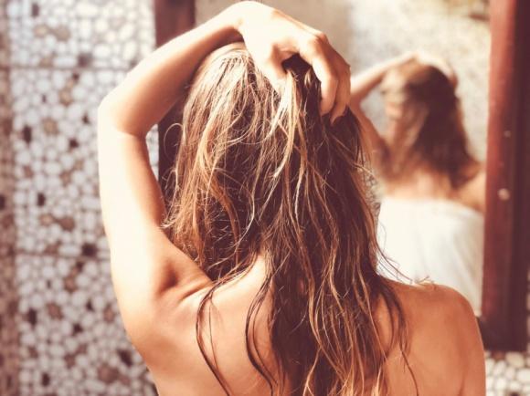 Nadmierne wypadanie włosów – zabiegi na włosy LIFESTYLE, Uroda - Może mieć podłoże hormonalne, wynikać z intensywnych zmian łojotokowych skóry czy zaburzeń wchłaniania – niezależnie od przyczyn nadmiernego wypadania włosów, traktujemy je jako problem estetyczny.