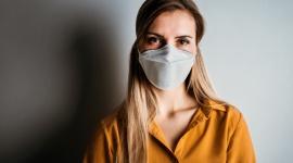 OBOWIĄZKOWA MASECZKA A NASZA SKÓRA – CZY TO BEZPIECZNE POŁĄCZENIE? LIFESTYLE, Uroda - Jakich zasad musimy przestrzegać i jak właściwie pielęgnować skórę w tym niełatwym czasie? Opowiada dr Aleksandra Jagielska, dermatolog z kliniki Sthetic dr Jagielskiej.
