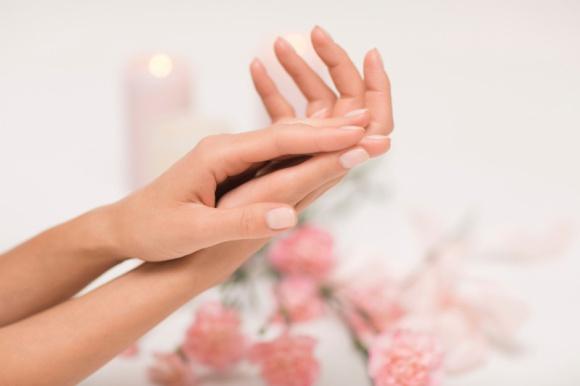 Jak pielęgnować dłonie w czasie kwarantanny LIFESTYLE, Uroda - Podczas pandemii, w czasach częstego mycia i odkażania dłoni Twoje dłonie mogą stać się bardziej wysuszone i wrażliwe. Ważna zatem będzie ich dokładniejsza pielęgnacja. Na co zwrócić uwagę?